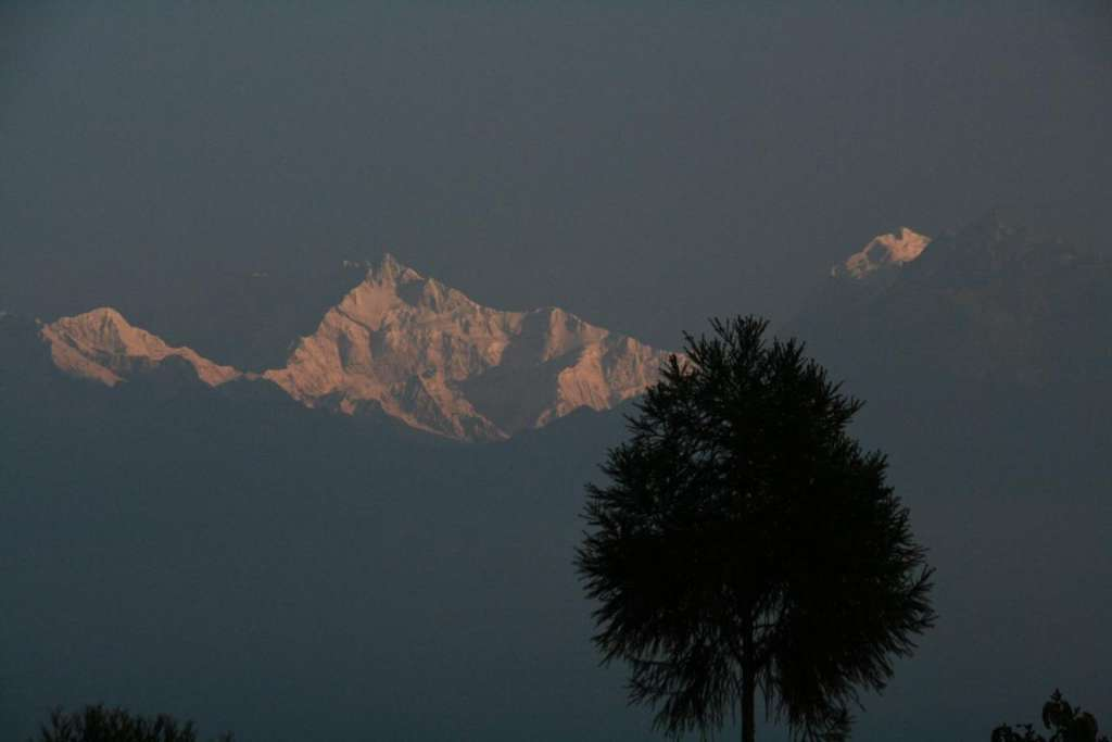 el sol despierta al khangchendzonga