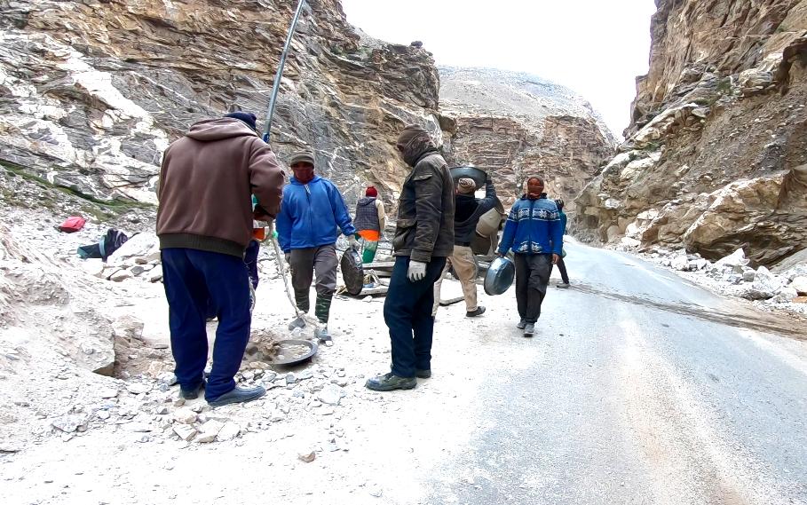 trabajadores en la ruta