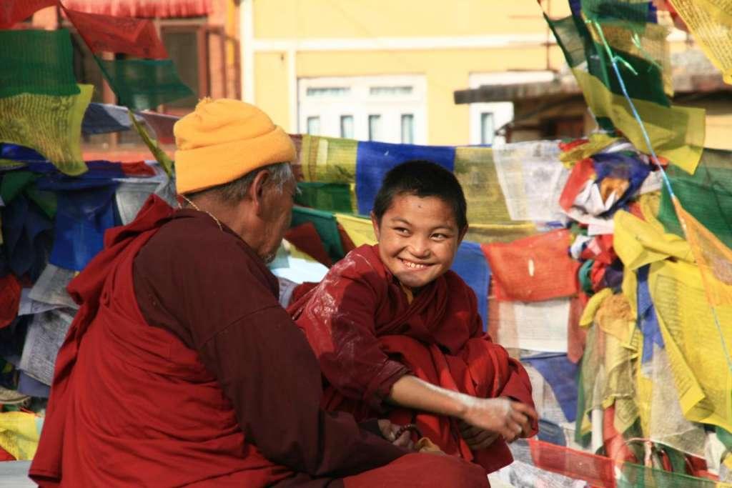 Trabajar con una sonrisa. Dos monjes budistas en Nepal