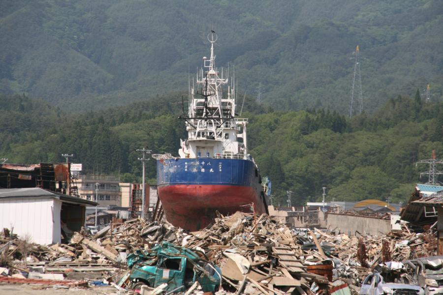 Barco lanzado en la calle de un pueblo de Japón