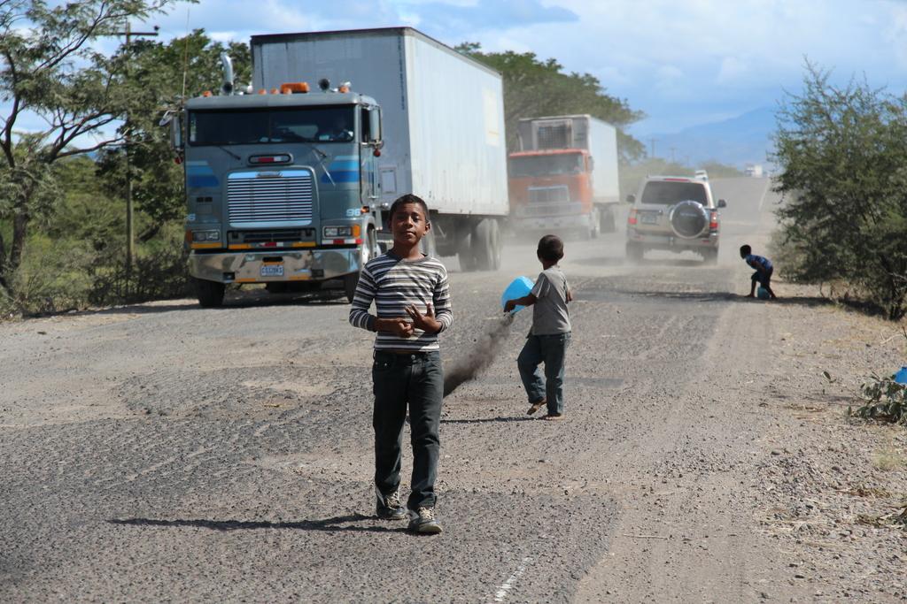 Niños arreglando la ruta en Honduras